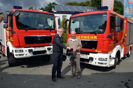 Helmut Nölling überreichte die Fahrzeugschlüssel an den Leiter der Feuerwehr Kreuztal Berthold Braun.