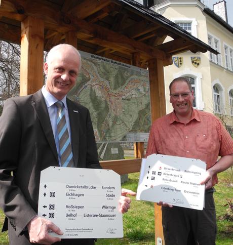Flächendeckend werden in Burbach Wanderwegweiser aufgestellt. Muster hatten Bürgermeister Christoph Ewers (li.) und Planer Andre Mergheim schon dabei. Foto: Gemeinde Burbach