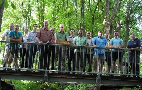Die sanierte Brücke über die Buchheller wurde für den Fußgängerverkehr offiziell von Burbachs Bürgermeister Christoph Ewers freigegeben.