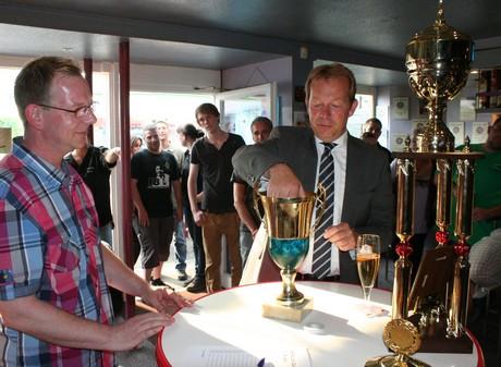 Bürgermeister Steffen Mues bei der Auslosung der Pokal-Paarungen.