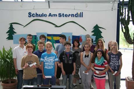 """12 Ersthelfer der Deuzer Förderschule """"Am Sterndill""""  mit Ausbilderin Cornelia Mochel-Büdenbender des DRK-Ortsvereins Deuz.  Foto: DRK-Kreisverband Siegen-Wittgenstein e.V."""