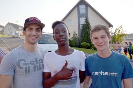 Mücahit, Kevin und Yannick zogen den brennenden Papiercontainer vom Wohnhaus und zwei Pkw weg.