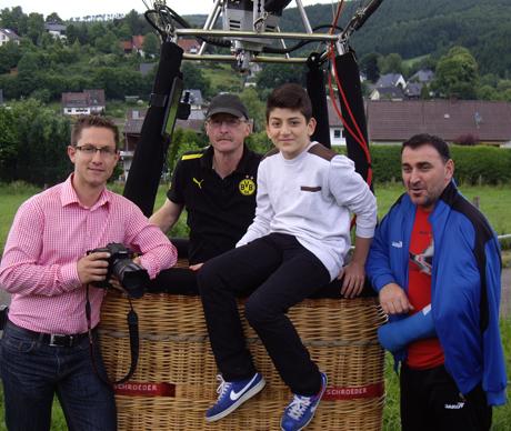 Ein Traum ging in Erfüllung: Fotograf Kai Osthoff, Heißluftballon-Kapitän Jochen Kurth zusammen mit Adem und Murat Deniz. Fotos: Verein