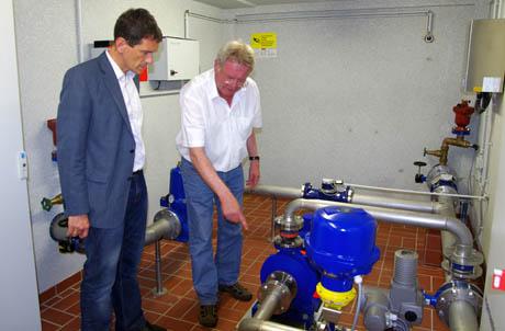 Landtagsabgeordneter Jens Kamieth links, Dipl. – Ing. Bernd Ferger, technischer Prokurist der SVB GmbH erklärt die Funktionsweise der Pumpe.