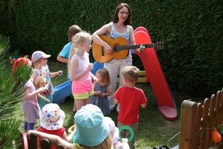 Viola Franke musizierte mit den Kinder beim Sommerfest.