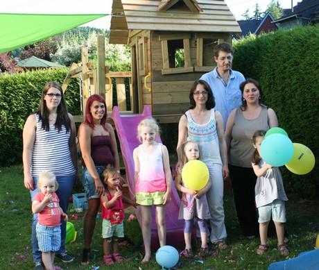 Tagesmutter Viola Franke weihte zusammen mit ihren Gäste das neue Spielhause im Garten ein.