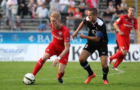 Leon Binder, der den Elfmeter zum 1:1 sicher verwandelte, im Zweikampf mit Viktoria Kölns Mike Wunderlich.