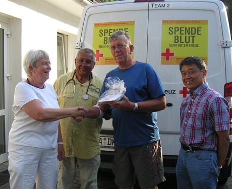 Ursula Karl bedankt sich gemeinsam mit Dr. Hofmann und Dr. Reis bei Volker Arnold (3.vl) für seine 125. Blutspende. Foto: DRK