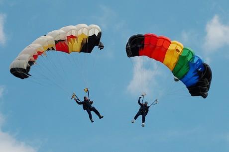 Luft-Ballett: Fallschirmspringer sorgen für bunte Farbtupfer am Siegener Himmel.