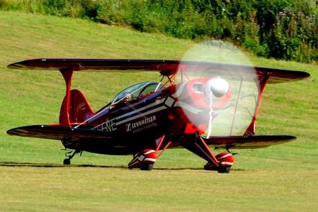 """Klein und wenig: Michael Weller funktioniert den Luftraum über der """"Eisernhardt am Wochenende mit seiner pfeilschnellen """"Pitts S2"""" zur Kunstflugbox um."""