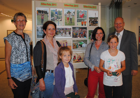 Juliane Scheel (Stadtsparkasse Hilchenbach), die Gewinnerinnen Anna Lynn Mackenbach mit ihrer Mutter und Paula Stötzel mit ihrer Mutter und Jochen Groos (AOK).