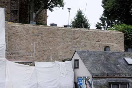 Der obere Teil der Stadtmauer im Bereich Kölner Tor ist nahezu fertig saniert und liegt zum Teil schon wieder frei.