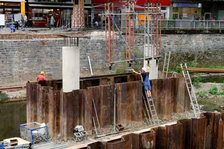Die ersten Stahlträger des Traggerüstes werden montiert. Fotos: Stadt