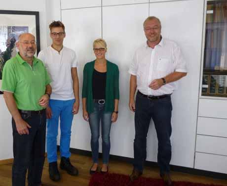 Sozialdezernent Dieter Loske (li.) und Bürgermeister Walter Kiß (re.) begrüßten die beiden neuen Auszubildenden Benedikt Hermeling und Lara Dicke. Foto: Stadt