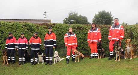 Für die Rettungshundeführer der Malteser Siegen und des DRK Kreuztal verlief die Prüfung in Fellinghausen äußerst erfolgreich. Foto: Malteser