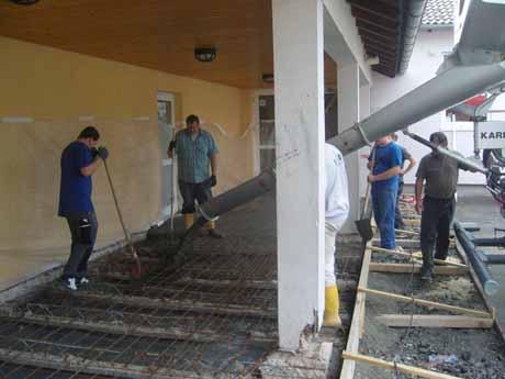 Der Außenbereich vor den Toiletten an der Grundschule Wahlbach wurde in den Sommerferien erneuert. Foto: Gemeinde