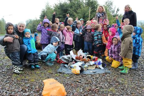 Stolz präsentieren die Kinder der Kita Sohlbach-Buchen zusammen mit ihren Betreuerinnen (v.l.) Marion Nöh, Juliane Nies und Anke Grün-Daub den gesammelten Müll. Fotos (2): Stadt