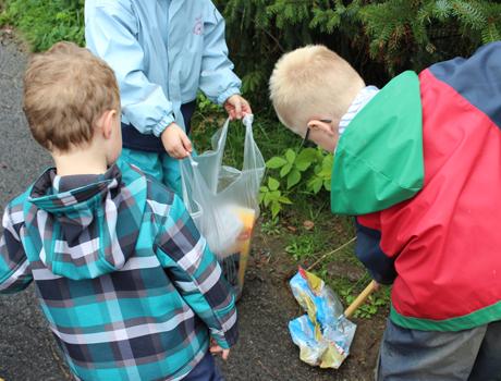 Mit Kneifzange und Müllbeutel säuberten die Kinder den Wanderweg um ihre Kita herum.