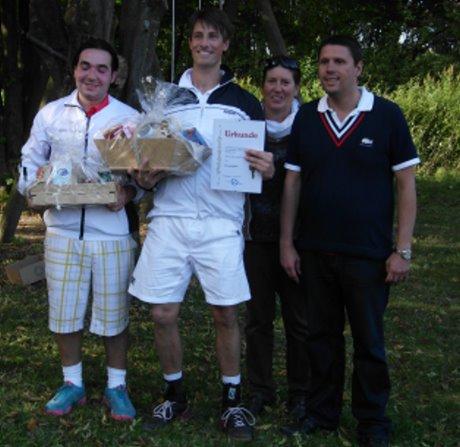 Daniel Madzirov und Rogier Wassen zusammen mit Ursula Kirchenbüchler (2. Vorsitzende des Tennisclubs Thieringhausen) und Stefan Schneider (1.Vorsitzender TC Thieringhausen). Foto: Verein