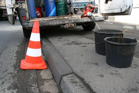 Wie neu sehen die komplett sanierten Bordsteine aus, die für Fußgänger und Autoreifen nun keine Gefahr mehr darstellen. Foto: Gemeinde