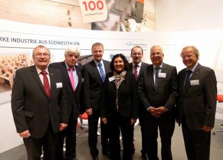 Innenminister Ralf Jäger (3.v.l.) und Landrat Paul Breuer (2.v.l.) eröffneten den Südwestfalen-Stand auf der Expo Real in München gemeinsam mit Frank Beckehoff (Landrat Kreis Olpe), Eva Irrgang (Landrätin Kreis Soest), Thomas Gemke (Landrat Märkischer Kreis), Dr. Karl Schneider (Landrat Hochsauerlandkreis) und Dirk Glaser (v.l.n.r.). Foto: Kreis