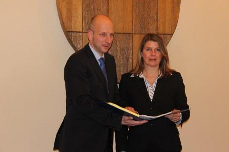 Kämmerer Ulrich Berghof und Bürgermeisterin Christa Schuppler stellten heute Mittag den Haushaltsplan für das Jahr 2014 der Gemeinde Wilnsdorf vor. Foto: Rita Lehmann