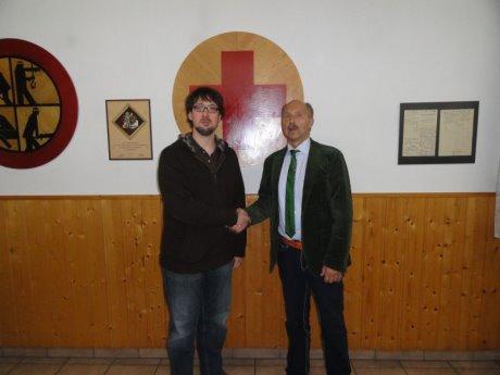Ottmar Haardt, der 1. Vorsitzende des DRK-Freudenberg,  begrüßte den neuen Rotkreuzarzt Marc Schröter. Foto: DRK