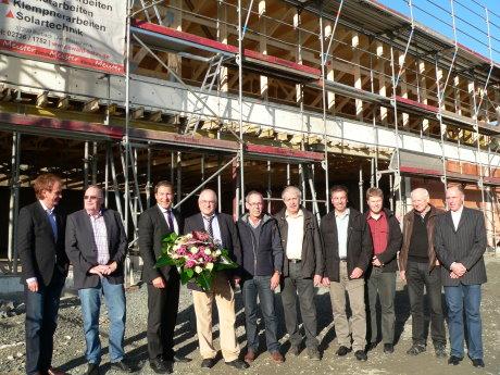 """Rohbau und Dachstuhl stehen. Im Fachmarktzentrum """"Quartier N"""" in Neunkirchens Zentrum konnte jetzt das Richtfest gefeiert werden. Foto: Gemeinde"""
