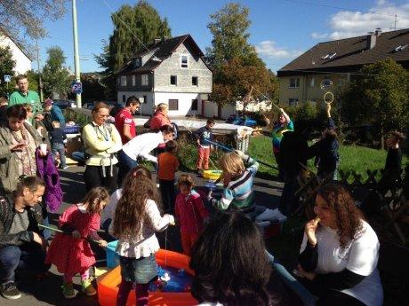 Spielend, plaudernd, essend kamen die Bewohnerinnen und Bewohner des Wellersberg erstmals bei einem Kinder- und Stadtteilfest zusammen. Das Fest soll den Auftakt für weitere gemeinsame Aktivitäten bilden. Fotos (2): Stadt Siegen