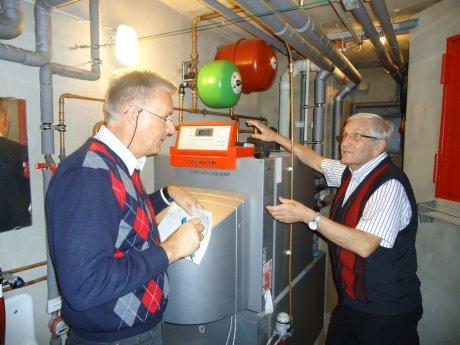 Insbesondere an der Heizungsanlage stellt Dr. Rainer Kurzawa (li.) großes Energieeinsparpotenzial fest.  Foto: Kreis