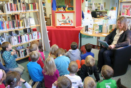 Anlässlich des bundesweiten Vorlesetags lud die Bibliothek Wilnsdorf Kindergartenkinder zum Kasperletheater ein. Als Vorleserin stellte sich Wilnsdorfs Bürgermeisterin Christa Schuppler zur Verfügung. Foto: Gemeinde