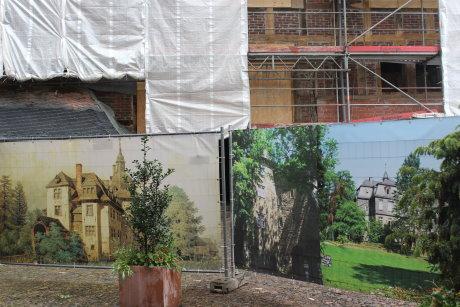 Die Baustelle wird derzeit teilweise von Bildern verdeckt, die darstellen, wie das Schloss früher einmal ausgesehen hat.