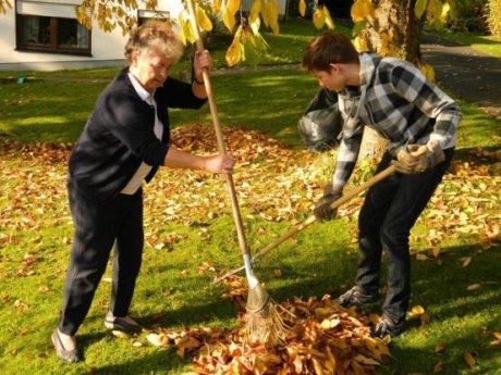 b Gartenarbeit oder Einkaufen – auf der Taschengeldbörse finden Senioren junge Menschen, die ihnen gegen ein Taschengeld bei kleinen Diensten im Haushalt helfen. Foto: Gemeinde