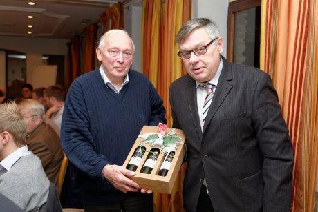 Stötzel ehrte während der Versammlung eines der ältesten Mitglieder der Bäcker-Innung Westfalen-Süd. Fred Weiss aus Niederschelden ist seit 52 Jahren dabei.