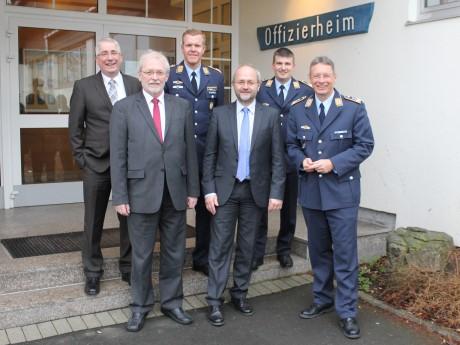 Nach dem Appell folgte der Empfang im Offizierheim. (Vorn v. l.) Bürgermeister Karl-Ludwig Völkel, MdB Volkmar Klein (CDU) und Oberst Martin Krüger sowie (hinten v. l.) MdL Falk Heinrichs (SPD), Oberstleutnant Andreas Springer und Oberstleutnant Lars Gehlhaar.