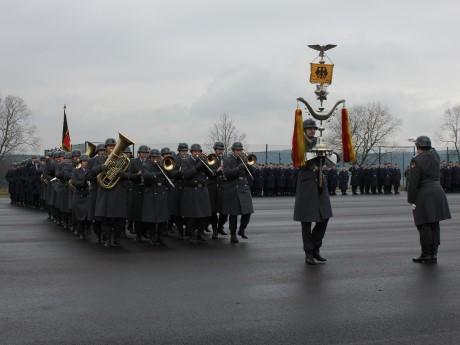Das Heeresmusikkorps 2 marschiert ein.