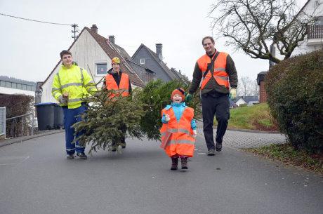 Die kleinen und großen Helfer sammelten am Wochenende in Weidenau die Weihnachtsbäume ein. Fotos (3): wirSiegen.de