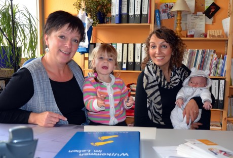 Susanne Wüst-Dahlhausen (links im Bild), Leiterin des Familienbüros, steht als Ansprechpartnerin zur Verfügung. Foto: Stadt