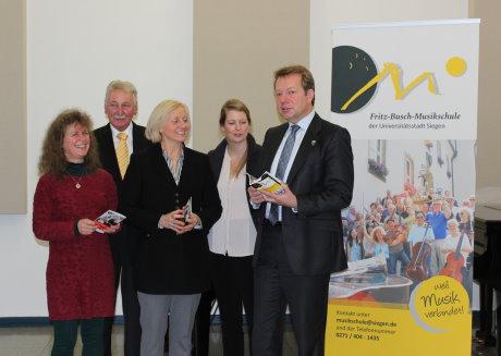Bürgermeister Steffen Mues und Musikschulleiterin Angelika Braumann stellten das Jubiläumsprogramm vor. Fotos (2): Rita Lehmann / wirSiegen.de