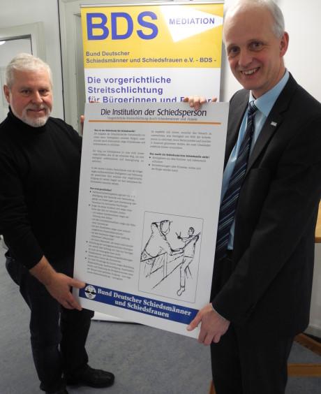 Jürgen Otto (li.) und Bürgermeister Christoph Ewers eröffneten jetzt die kleine Schau zum Thema Schiedsamt im Burbacher Rathaus. Foto: Gemeinde