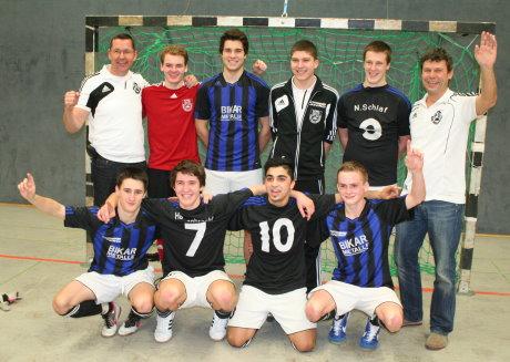 Strahlende Sieger in Hilchenbach: Die A-Jugend des VfL Bad Berleburg mit Trainer Peter Neusesser (h. re.) war der verdiente Gewinner des Futsal-Turniers. Fotos (3): Jürgen Kirsch/wirSiegen.de