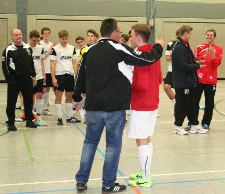 """Die Siegener U19 belegte den vierten Rang. Florian Bublitz, der Ex-Hilchenbacher im Sportfreunde-Trikot, nimmt das """"Flachgeschenk"""" entgegen."""