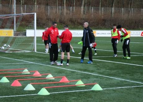 Trainerwechsel in Siegen: Der neue Chefcoach Matthias Hagner (3. v. re.) leitete bereits das Training am Mittwochmorgen im Leimbachtal. Fotos: Jürgen Kirsch / wirSiegen.de