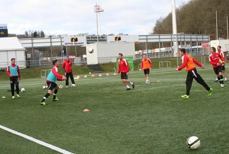 Auf dem Kunstrasen am Leimbachstadion nahm die Regionalliga-Mannschaft von Sportfreunde Siegen die Vorbereitung auf  die Rückrunde auf.