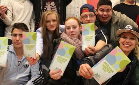 Jugendliche präsentieren den Programmm-Flyer. Foto: Stadt