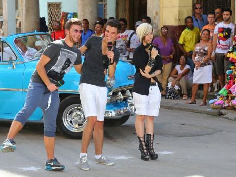Fabio Lentini, Robin Wick und Ryan Stecken (v.li.) performen in der Calle Cardena in Havanna ihren Gruppensong. Fotos: RTL/Gregorowius