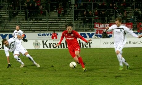 Zouhair Bouadoud (Mitte) erzielte das 1:0 für die Sportfreunde und ebnete damit den Weg zum Heimsieg gegen Wiedenbrück. Fotos: Jürgen Kirsch