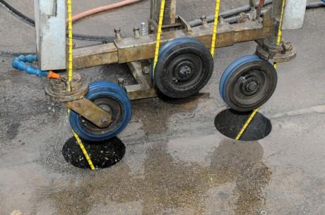 Mit einem selbst entwickelten Verfahren rückt die Firma Klug bohren seit dieser Woche den Stahlträgern der Siegbrücke zu Leibe. Fotos: Stadt/Herbert Bäumer