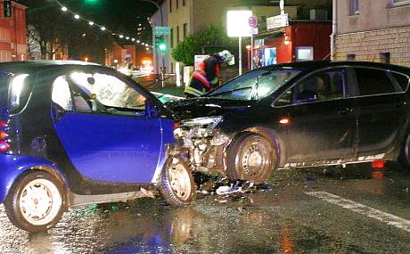 Bei einem Frontalzusammenstoß auf der Frankfurter Straße in Siegen sind zwei Menschen verletzt worden. Fotos: Jürgen Kirsch