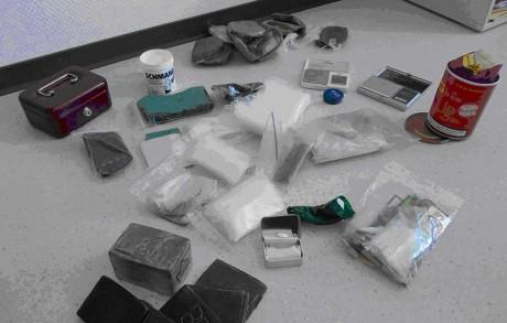 Das Bad Berleburger Kriminalkommissariat stellte unter anderem ein Kilogramm Haschisch sicher. Fotos: Polizei